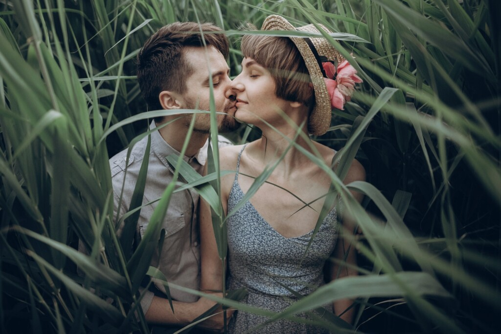 stylish-rustic-bride-and-groom-embracing-in-windy-high-reed-1.jpg